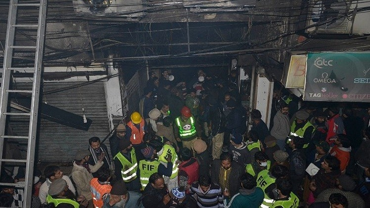 باكستان.. إضرام النار في مدرستين بمدينة بيشاور