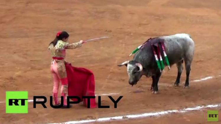 بالفيديو من المكسيك.. ثور ينطح مصارعة مرتين ويصيبها بجروح قطعية