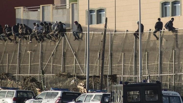 100 مهاجر يعبرون إلى مدينة مليلية الإسبانية