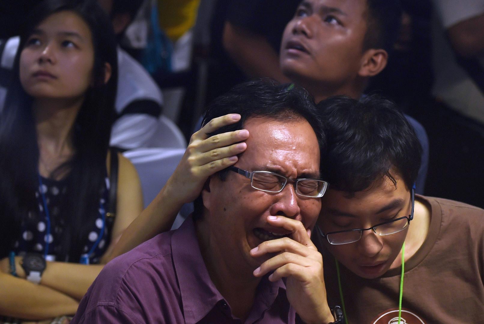 الأمطار والرياح توقف عمليات انتشال جثث ضحايا طائرة الركاب الماليزية