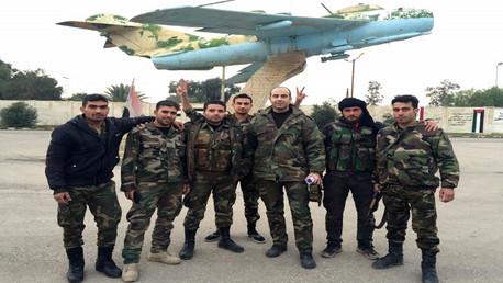 عناصر تابعة للجيش السوري عند مدخل المطار