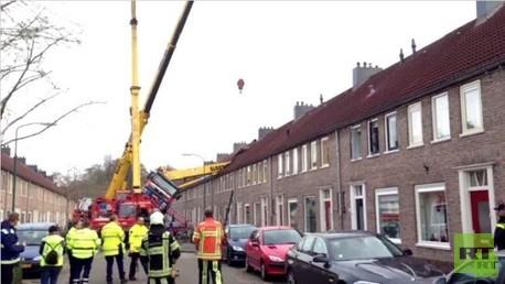 رافعة بناء تقع على منزل أثناء حفل خطوبة في هولندا