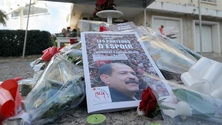 صورة شكري بلعيد في مكان اغتيله بتونس محاطة بالورود والشموع