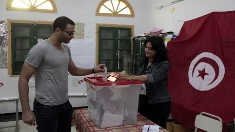 شاب تونسي يدلي بصوته