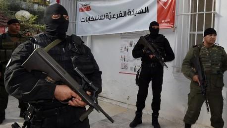 أمنيون تونسيون يحرصون مركزا للاقراع