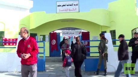 التونسيون يتوافدون للاقتراع بجولة الاعادة الثانية