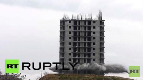 بالفيديو...مبنى يقهر خبراء المتفجرات ويصمد أمام 3 محاولات لتدميره