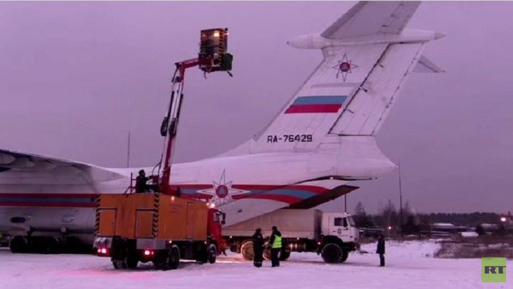فريق وزارة الطوارئ الروسية يساعد في البحث عن الطائرة المنكوبة (فيديو)