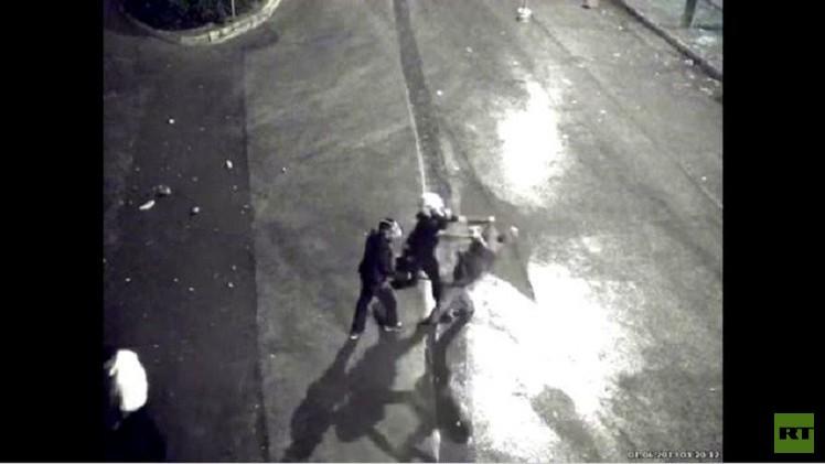 كاميرا المراقبة تغض الطرف عن مشهد اعتداء الشرطة على معارض (فيديو)