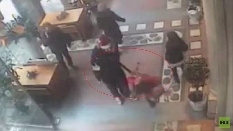 بالفيديو.. اعتقال إيطالي أسقط امرأة أرضا بلكمة على وجهها