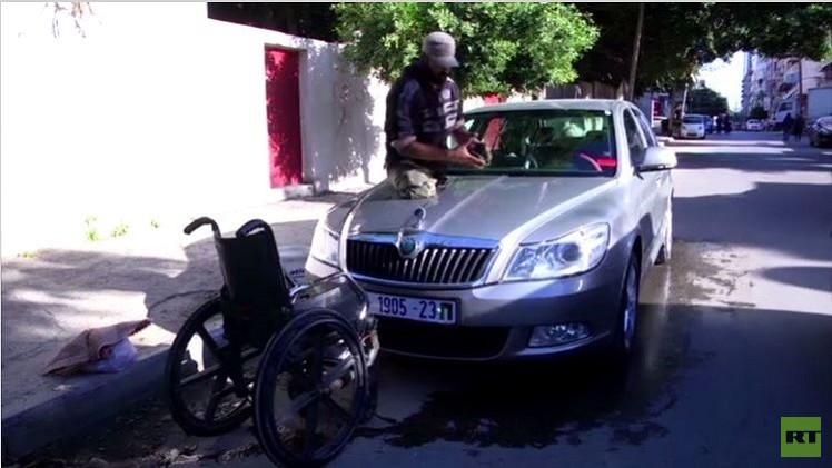 فلسطيني مبتور الساقين يغسل السيارات (فيديو)