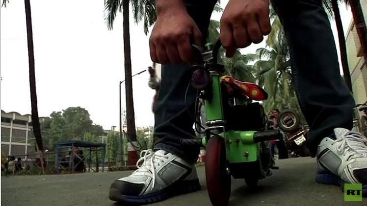 هندي يركب أصغر دراجة كهربائية في العالم (فيديو)