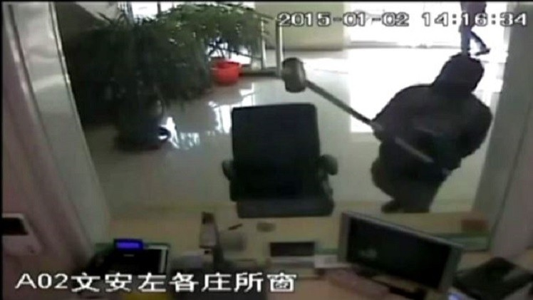 بالفيديو.. اعتقال لص المصارف شمال الصين