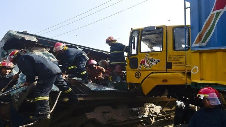 مقتل اثنين وإصابة 11 أمريكيا باصطدام قطار بحافلة مدرسية