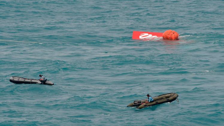 روسيا وإندونيسيا تنتشلان ذيل الطائرة الماليزية المنكوبة من بحر جاوة