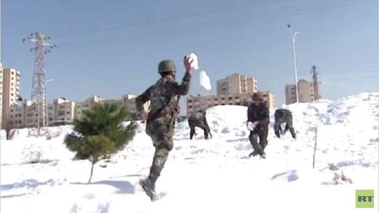 بالفيديو.. جنود الجيش السوري يحاربون بكرات الثلج