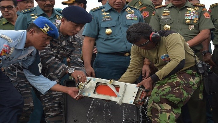 انتشال الصندوق الأسود الثاني للطائرة الماليزية المنكوبة