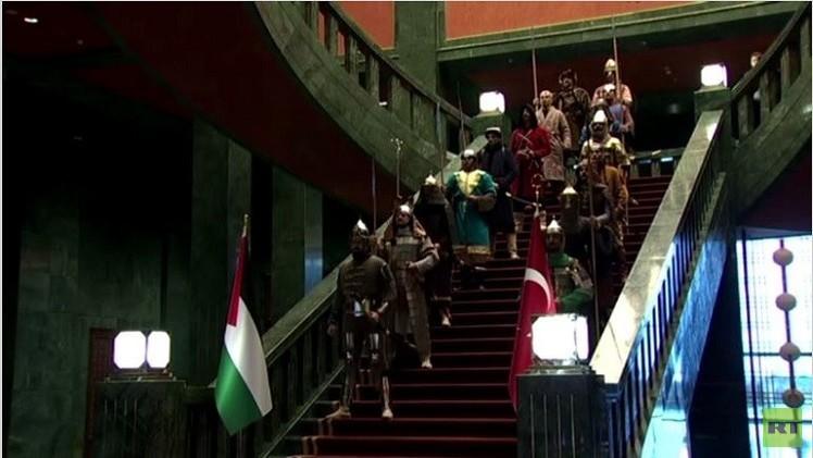 محاربون من التاريخ خلال استقبال أردوغان لنظيره محمود عباس (فيديو)