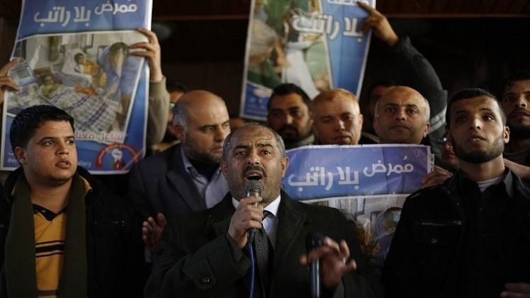 موظفو حماس يقتحمون مقر الحكومة بغزة احتجاجا على عدم صرف الرواتب