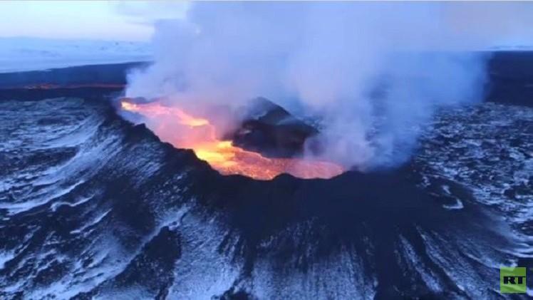 بالفيديو.. بحيرة ضخمة من الحمم البركانية في ايسلندا
