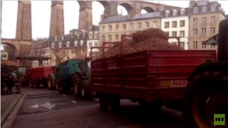 مزارعون يتركون جراراتهم المحملة بالبصل في شوارع مدينة مورليه الفرنسية