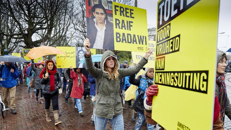 تأجيل تنفيذ حكم الجلد في المدون السعودي رائف بدوي لأسباب صحية