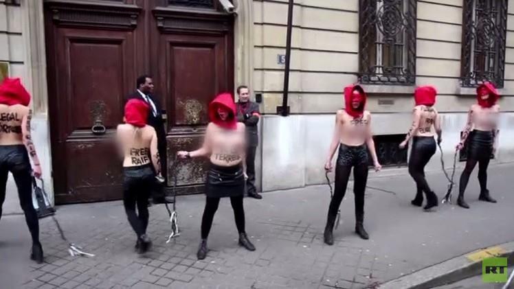 صدور عارية أمام سفارة السعودية بباريس احتجاجا على جلد رائف بدوي