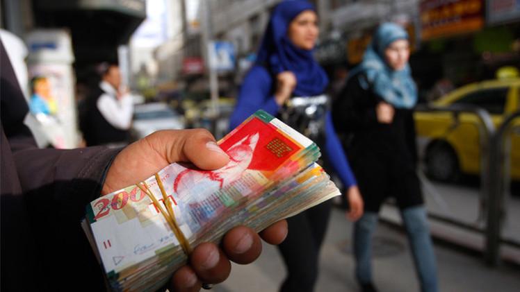 الحكومة الفلسطينية تنجح في تأمين جزء من رواتب موظفيها