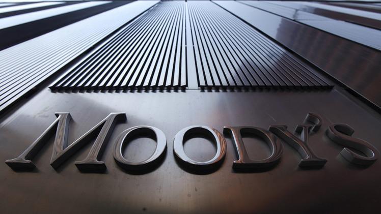 موديز تخفض تصنيف عدد من المؤسسات المالية الروسية