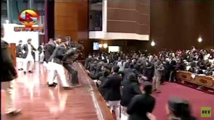بالفيديو من النيبال.. معركة حامية الوطيس داخل البرلمان