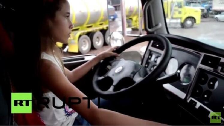 بالفيديو من كولومبيا.. طفلة عمرها 12 عاما تبرع في قيادة الشاحنات