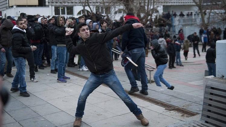80 جريحا في مواجهات عنيفة بين الشرطة ومحتجين في كوسوفو