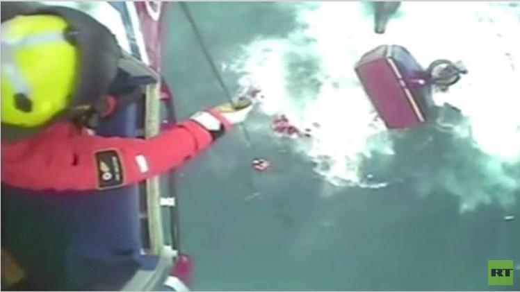 بالفيديو.. سفينة لصيد السمك تغرق أثناء إنقاذ صيادين