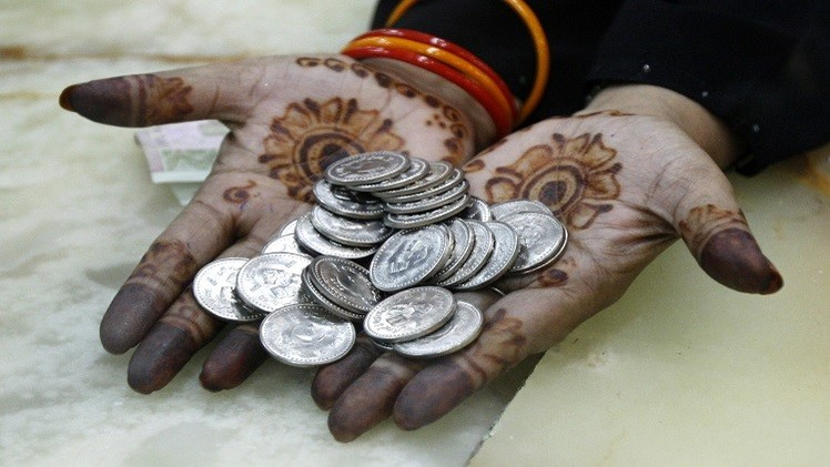 انخفاض أسعار النفط يدفع المركزي الباكستاني لخفض أسعار الفائدة