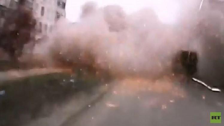 بالفيديو... مصور ينجو بأعجوبة من قصف مدينة ماريوبل في أوكرانيا