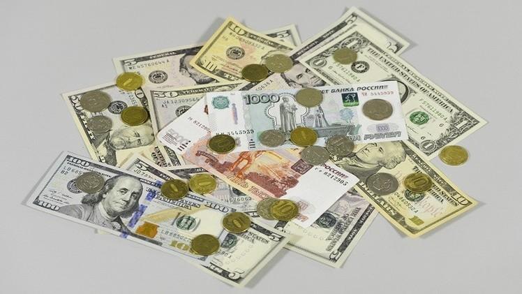 الدولار يتجاوز مستوى الـ 66 روبلا في نهاية تداولات الاثنين
