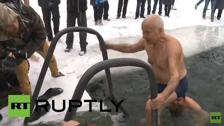 روسيا.. قدامى جنود الجيش الأحمر يحتفلون بفك  حصار لينينغراد (فيديو)