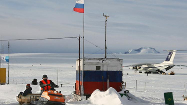 روسيا...العلماء يحفرون بئرا إلى بحيرة تحت الجليد