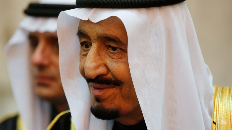 ملك السعودية يأمر بصرف راتب شهرين لجميع موظفي الدولة