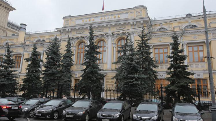 بنك روسيا المركزي يخفض سعر الفائدة بصورة مفاجئة