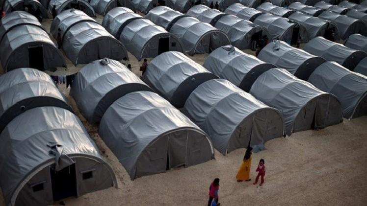 سكان مدينة عين العرب يتوافدون على المخيم الجديد للاجئين بتركيا