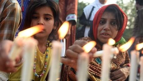 باكستانيون يوقدون الشموع على أرواح طلاب مدرسة بيشاور ضحايا الإرهاب