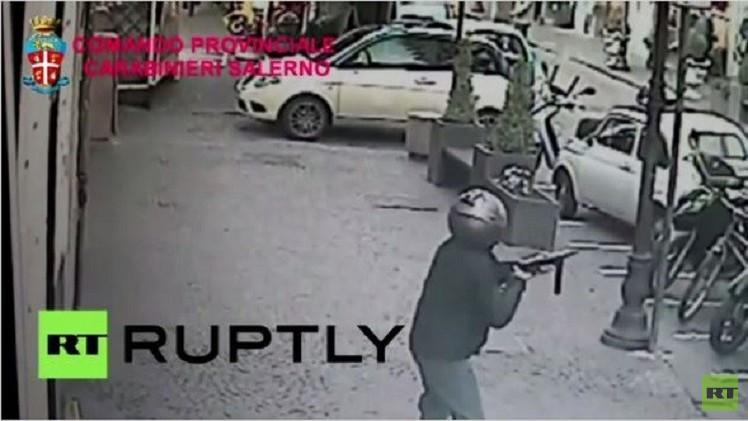 بالفيديو.. لص يطلق النار من رشاش على المارة