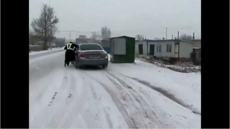 بالفيديو.. شرطي المرور يتشبث بسيارة مخالفة