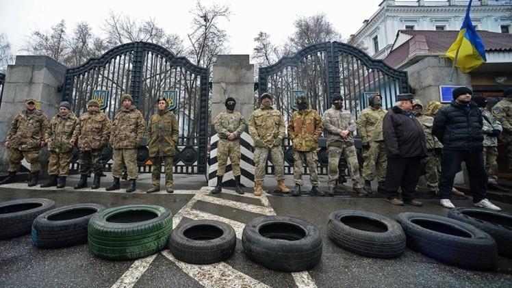 محتجون يتظاهرون أمام مقر الرئاسة الأوكرانية (فيديو)