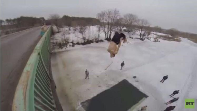 بالفيديو من روسيا.. شباب يستمتعون بالسباحة في المياه المثلجة