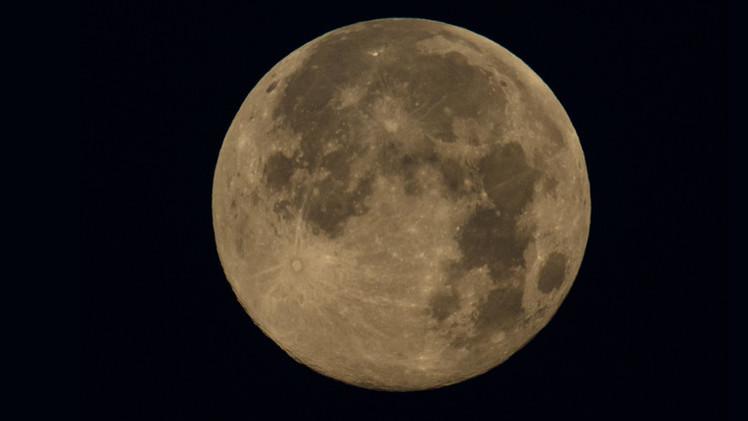 القصة الكاملة لأصل الحياة على الأرض ربما تكون موجودة على سطح القمر
