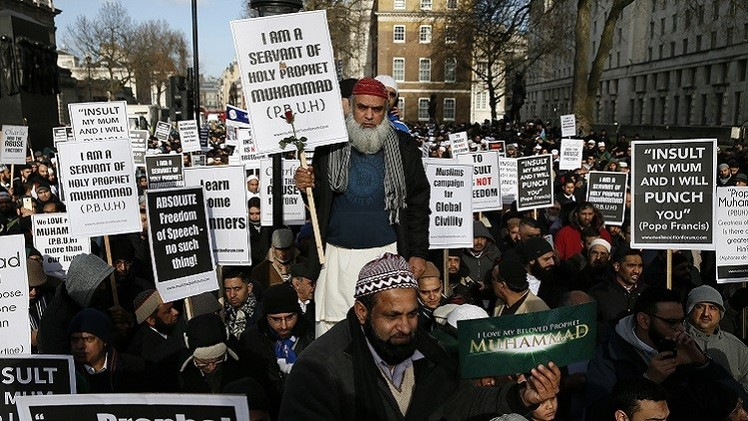 لندن.. مئات المسلمين يحتجون أمام مكتب كاميرون ضد رسوم شارلي إيبدو