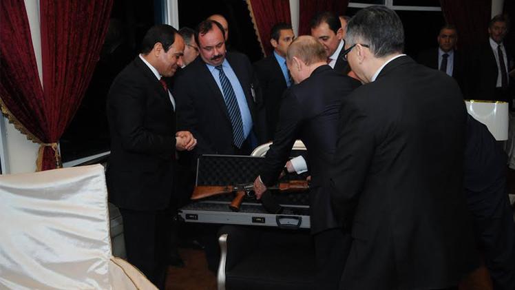 الرئيس بوتين يهدي نظيره المصري بندقية كلاشنكوف (فيديو+صور)