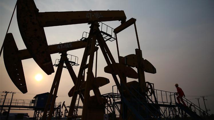 النفط يتراجع مع تحذير وكالة الطاقة من ارتفاع المخزونات
